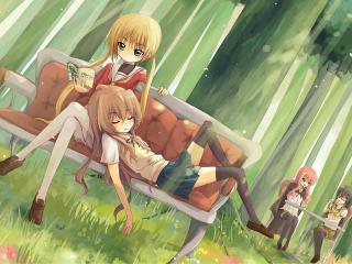 обои Девчени в лесу на лавочкe фото