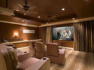 обои Домашний кинотеатр в нежных пастельных тонах фото