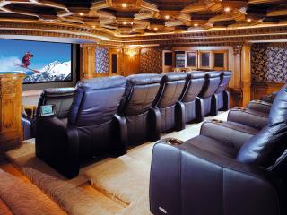 обои Домашний кинотеатр с богатой архитектурой фото