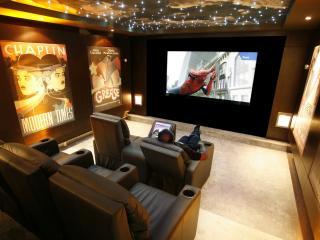 обои Домашний кинотеатр с декорацией звездного неба и плакатами фото
