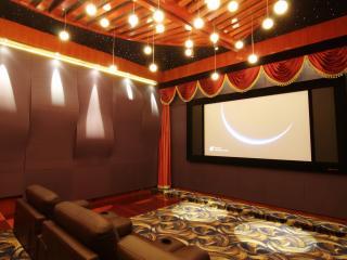 обои Домашний кинотеатр с коричневыми кожаными креслами фото