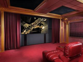 обои Домашний кинотеатр с креслами из красной обивки фото