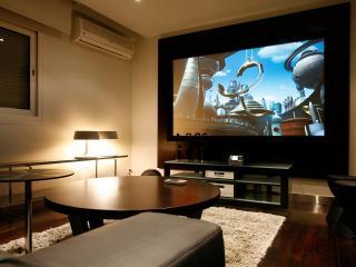 обои Домашний кинотеатр с круглыми столами фото