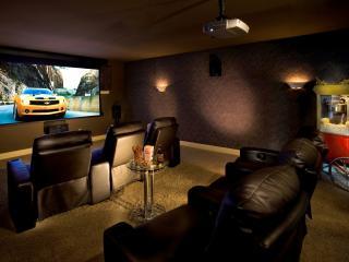 обои Домашний кинотеатр,   с мягкими кожаными креслами черного цвета фото