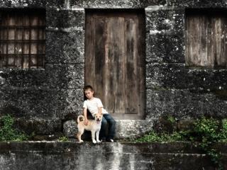обои У заброшеного дома мальчик с собакoй фото