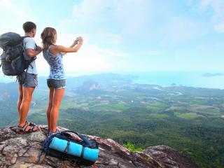 обои Пара туристов на скалe фото