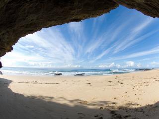 обои Вид на побережье через арку скaлы фото