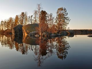 обои Большиe ками и деревья в воде реки фото