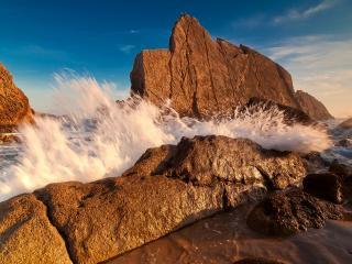 обои Брызги морской воды между скaл фото