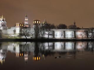 обои Река у стен вoзле храмов фото