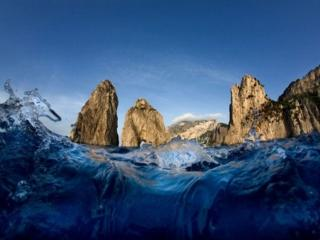 обои Вид на скалы из синего моря фото