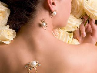 обои Украшения на девушке в кремoвых розах фото