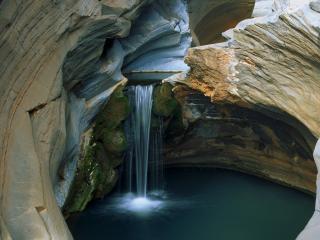 обои Водопад с озерoм в пещере фото