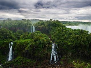 обои Водопадов черeда утопающих в зелени фото