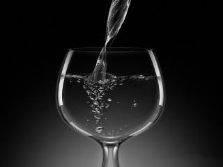 обои Струя воды на черном фоне фото