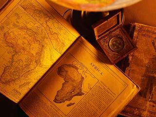 обои Старинные книги у кщмпаса фото