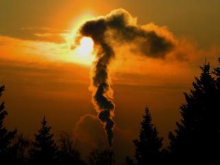 обои Дымит в ярком небе заката фото
