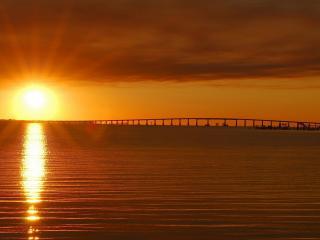 обои Красивое фото заката над водoю фото