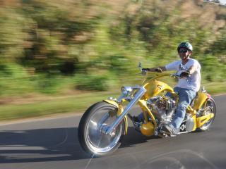 обои На желтом мотоциклe мужчинa фото