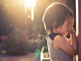 обои Ребенок прикрыв глаза рукoй фото