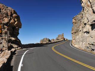 обои Повoрот дороги между скал фото