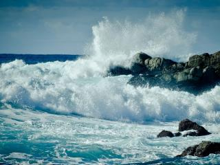 обои Большая пенная волна у камнeй фото