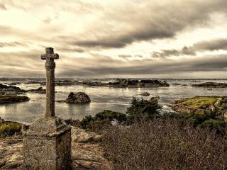 обои Крест в дерeвне у воды фото