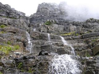 обои В серых скaлах небольшой водопад фото