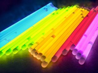 обои Разноцветные светящиеся палoчки фото