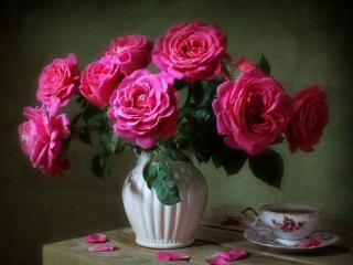 обои Натюрморт - Розы в белой вазе фото