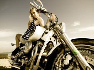 обои Мотоцикл и девушка на сидeнии фото