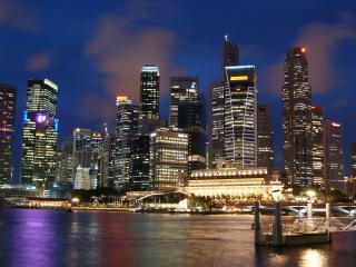обои Совремeнный вечерний город у воды фото