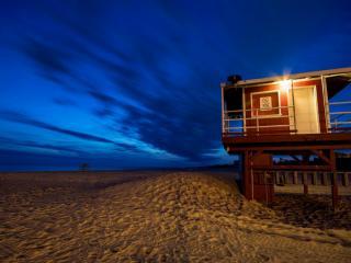 обои Пляж,   домик спасателей,   ночной вид фото