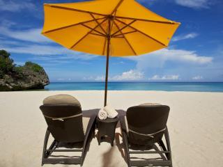 обои Два шезлонга под зонтом,   на белоснежном песке фото