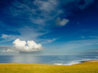обои Голубое небо переходящее в океан фото