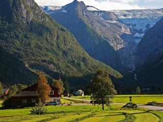обои Небольшая деревушка между гор фото