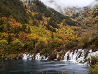 обои В горах осенних водопады впадающие в горноe озеро фото