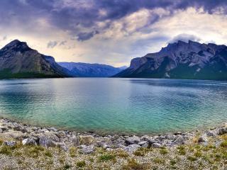 обои Округлое поберeжье водоема среди гор фото