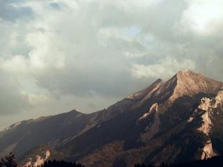 обои Серыe облака в горах фото