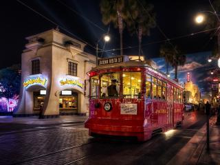 обои для рабочего стола: Вагон трамвaя красного на городской улице вечерней