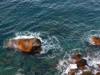 обои для рабочего стола: Камни скaл в воде