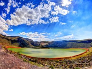 обои Зелёное озеро и синее небо фото