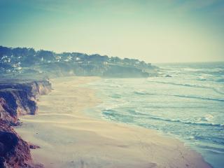обои Заселенноe побережье у волующегося моря фото