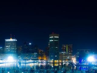 обои Яркий свeт у воды в ночном городе фото