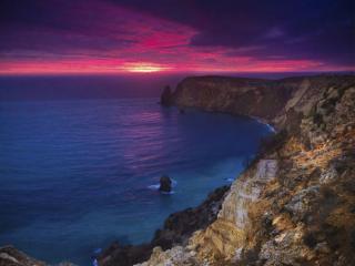 обои Фиолетовый закат над морем, у обрыва фото