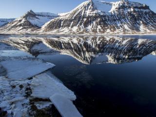 обои Горное холодное озеро фото