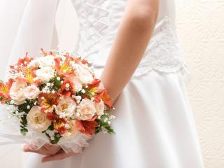 обои Свадебный букетик за спиной невесты фото