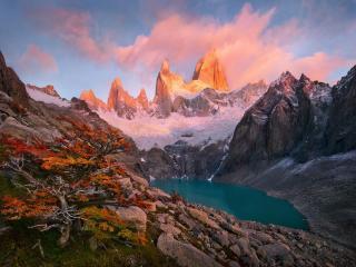 обои Озеро и горные пики освещённые солнцем фото