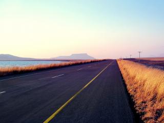 обои Прямая трасса у озера фото