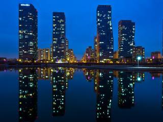 обои Ночные небоскребы и гладь озера фото